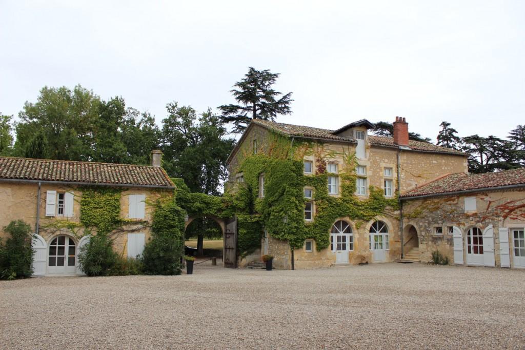 Dans la cour du Château de Mons