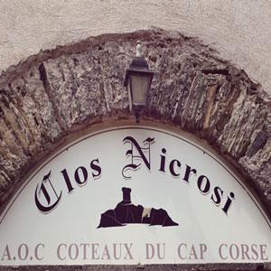 Devant le caveau du Clos Nicrosi